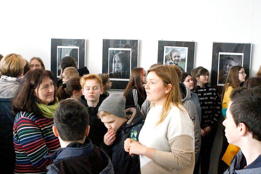 Viele Gäste: Das Foyer der Mensa war zur Eröffnung einer Ausstellung mit den Ergebnissen eines Fotografie-Workshops gut besucht. Hier Karolina Wojnowski (vorn, rechts) und Siegrid Pöppelmann-Terwey (links) hatten den Workshop angeregt. Fotos: Petra Kretschmer