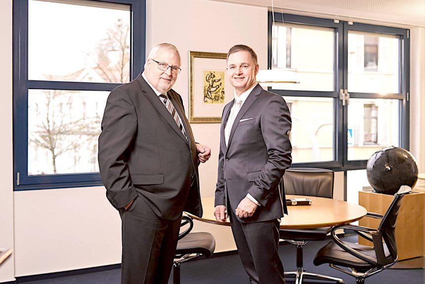 Vorstandsmitglied Richard Christophelsmeier (links) und der Vorstandssprecher Matthias Kruse der Volksbank Bad Salzuflen