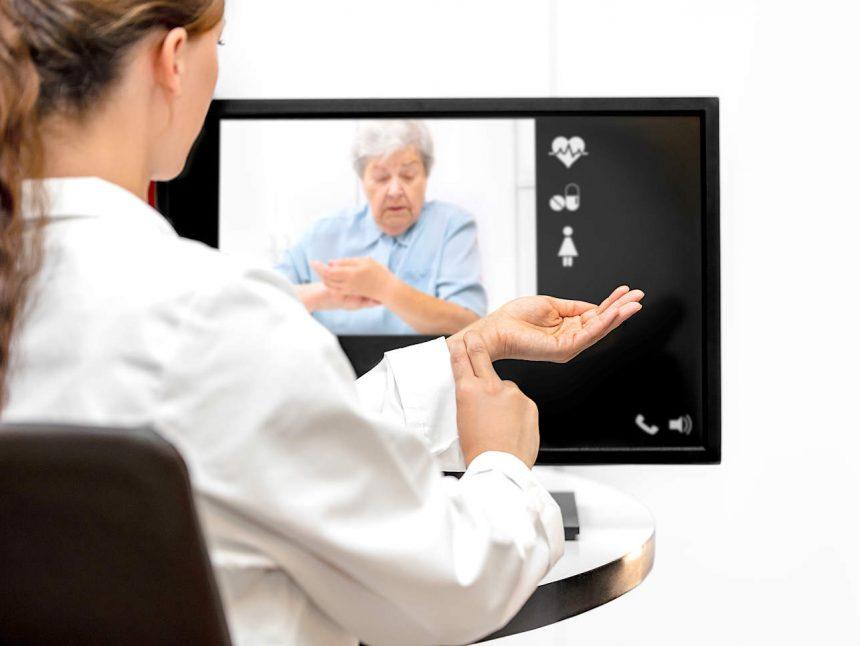 Telemedizin Live über das Internet, Ärztin und Seniorin messen ihren Puls