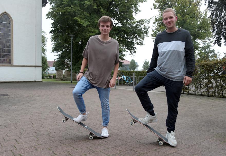 Robin Nickel und Marc Willms sind die Sprecher einer Skater-Community in Asemissen und Greste. Sie wollen einen Skater-Park bauen und suchen die Hilfe der Gemeinde und der von Sponsoren. Foto: Thomas Dohna