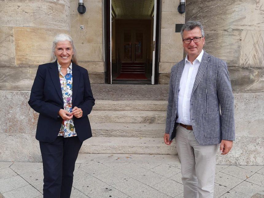 Die NRW-Ministerin für Kultur und Wissenschaft Isabel Pfeiffer-Poensgen und CDU-Landratskandidat Jens Gnisa wollen eine engen Austausch von Kultur, Kunst und Wissenschaft in Lippe