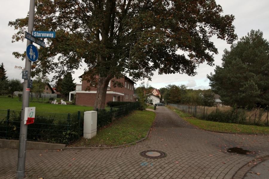 Rechts hinter dem Zaum beginnt von der Ecke Schlangenstraße/Starenweg aus gesehen das Grundstück der ehemaligen Gärtnerei. Das wollen die Eigentümer nun bebauen lassen. Dazu muss der Bebauungsplan geändert werden. Foto: Thomas Dohna