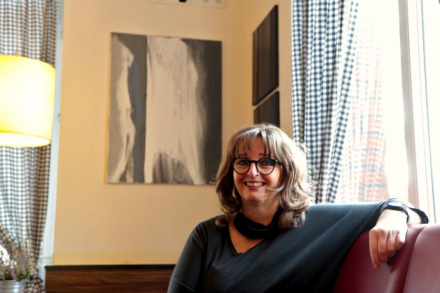 Birgit Böcker stellt im Café Fahrzeit abstrakte Arbeiten aus. Weil sie wegen der Corona-Krise ihr Unternehmen nicht mehr wie gewohnt weiterführen konnte, bekam sie die Chance, künstlerisch etwas Neues auszuprobieren, wie sie sagt. Foto: Thomas Dohna