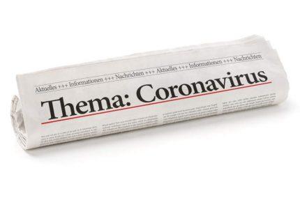 Zeitungsrolle mit der Überschrift Coronavirus