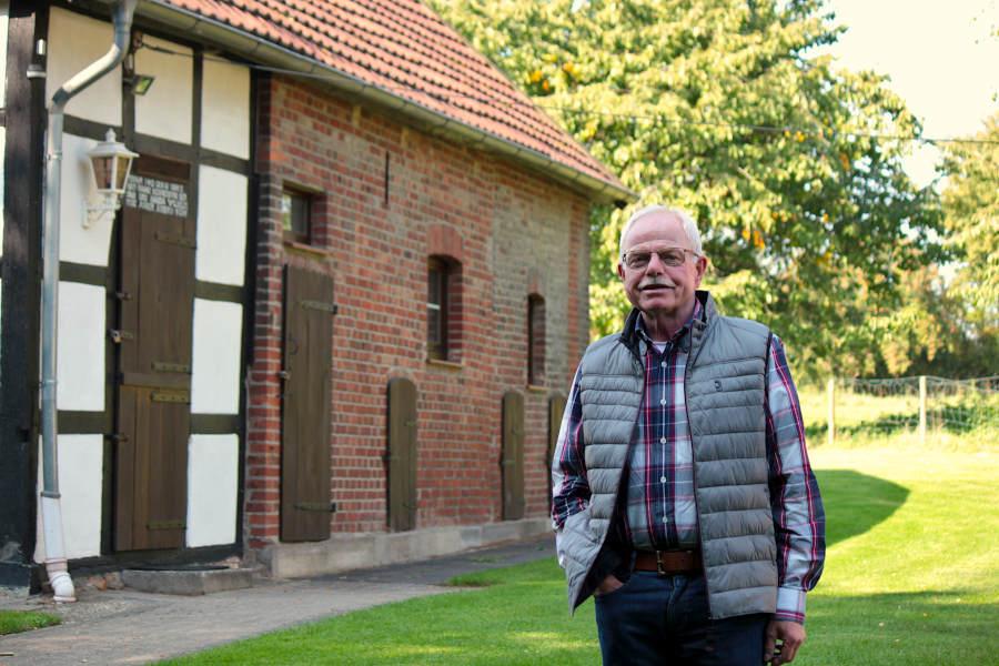 Der Vorsitzende des Heimatvereins Leopoldshöhe, Helmut Depping, steht vor dem sogenannten Backhaus des Heimathofes. Er hat jetzt alle Veranstaltungen des Heimatvereins, die für Juni geplant waren, abgesagt.  Foto: Thomas Dohna