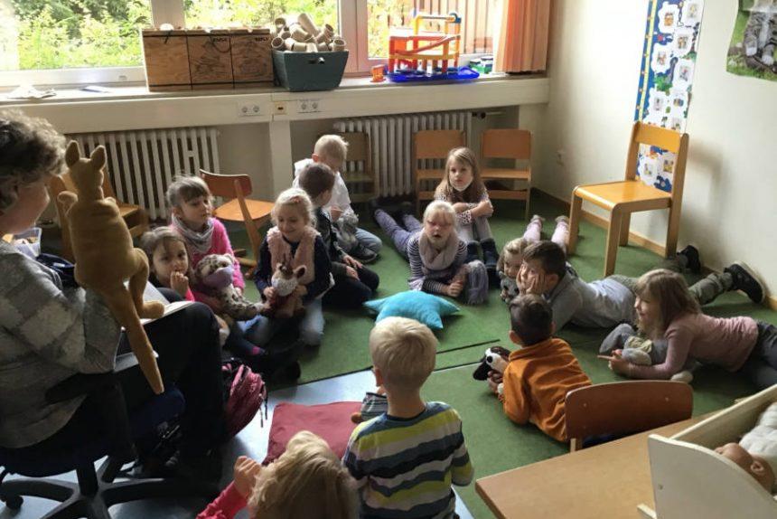 Birgit Nabben liest in ihrer Klasse vor