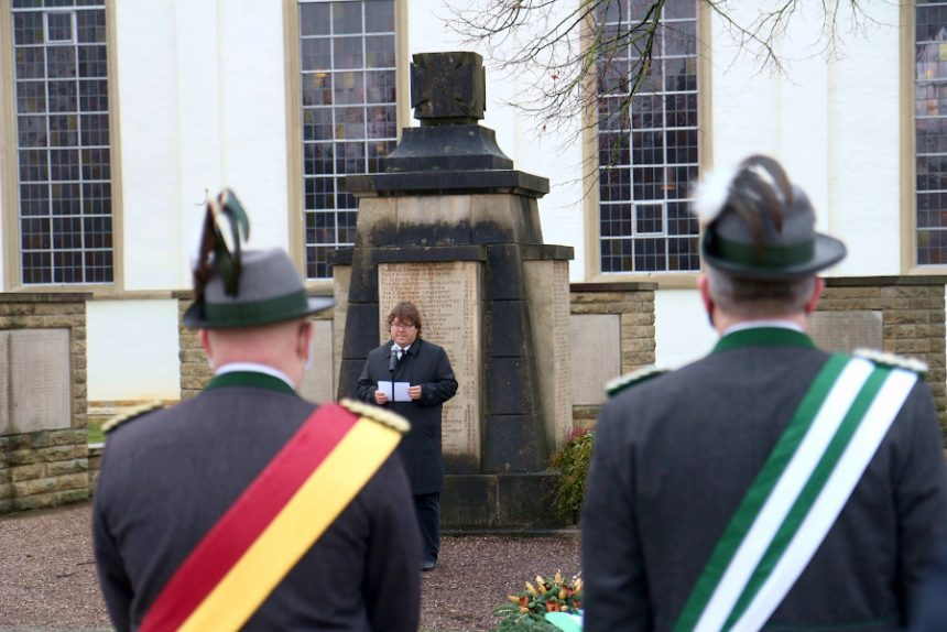 Pfarrer Hendrik Meier spricht am Ehrenmal an der Kirche Leopoldshöhe das Totengedenken. Foto: Thomas Dohna