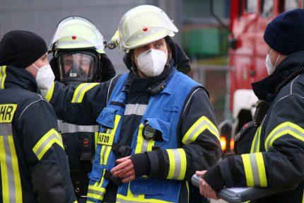 Bastian Nordmeyer leitet einen Übungseinsatz der Leopoldshöher feuerwehr. Er ist Teil eines neuen Ausbildungsansatzes der Freiwilligen Feuerwehren. Foto: Thomas Dohna