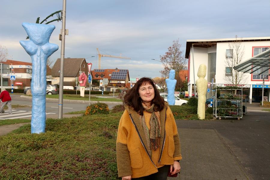 Sigrid Pöppelmann-Terwey leitete viele Jahre Kunstleistungskurse an der Felix-Fechenbach-Gesamtschule. Daraus sind auch die Skulpturen am Kreisel in Asemissen entstanden. Foto: Thomas Dohna
