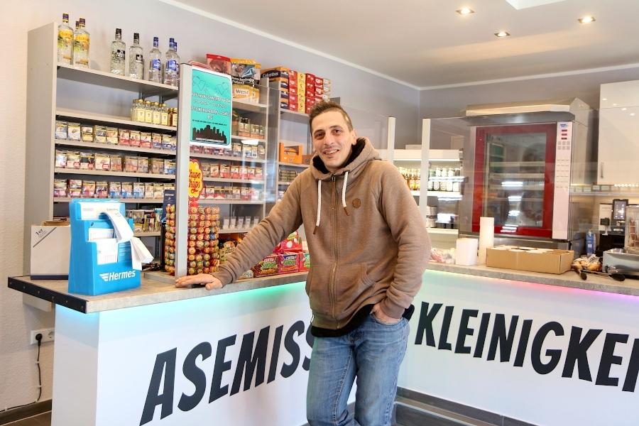 Daniele Ventura steht an der Theke seines Asemisser Kleinigkeitenkontors. Bekannt geworden ist der Italiener durch seinen Pizzalieferservice. Foto: Thomas Dohna