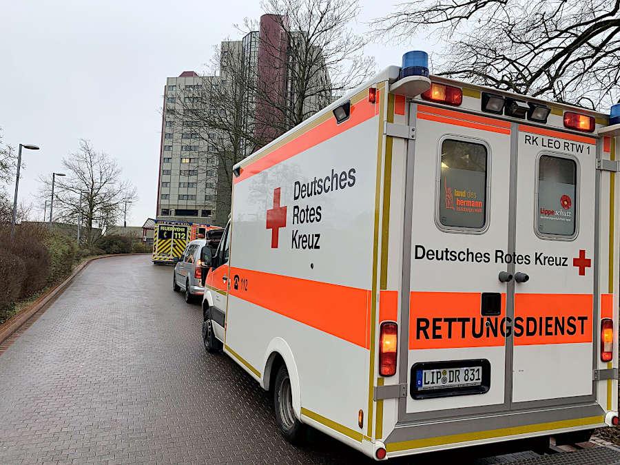 Der Rettungswagen des Leopoldshöher Deutschen Roten Kreuzes steht vor dem Klinikum Bielefeld. Die Ehrenamtlichen entlasteten den sogenannten Regelrettungsdienst, der wegen des plötzlichen Glatteises am Montag an seine Grenzen gestoßen war. Foto: DRK Leopoldshöhe