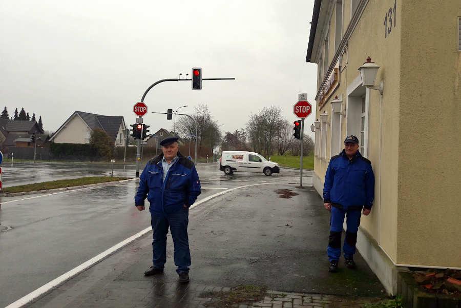 Andreas Brinkmann (links) hat neun Jahre für die Ampel an der Heipker Kreuzung gekämpft, an der Feuerwehrmann Uwe Mäscher jahrzehntelang Schwerverletzte und Tote aus Unfallautos gezogen hat. Foto: Thomas Dohna
