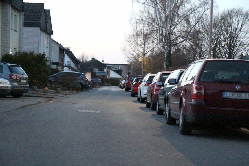 Dicht hintereinander stehen die Autos an der Straße Doktorkamp in Leopoldshöhe. Geht es nach der SPD, müssen Bauherren in Zukunft zwei Parkplätze pro Wohnung auf dem Gundstück vorsehen. Foto: Thomas Dohna