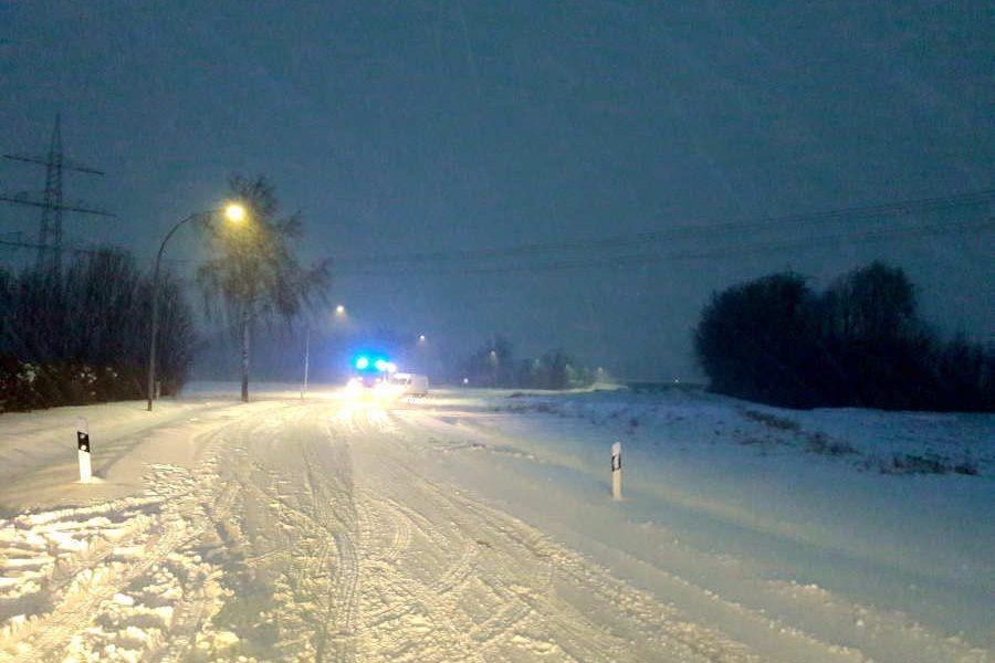 Es ist der Westen Leopoldshöhes, genauer Bechterdissen und die Heeper Straße. Ein Transporter hat sich in einer Schneewehe festgefahren. Die Feuerwehr hilft. Foto: Thomas Dohna