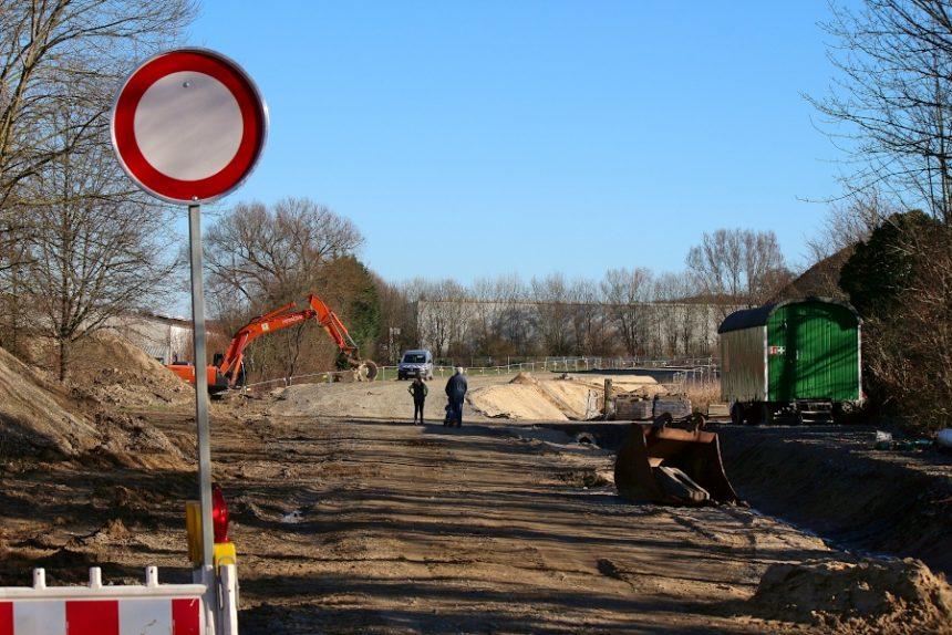 Dem Damm der neuen Alleestraße fehlen noch der letzte Schotteraufbau und die Asphaltdecke. Foto: Thomas Dohna