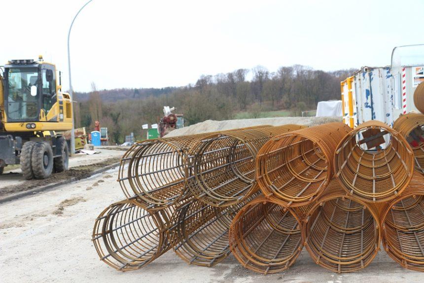 Die Bohrmaschine hinter der aufgeschütteten Schotterfläche wird die Löcher für diese Bewehrungskörbe in den Boden drehen. Dann kommen die Bewehrungskörbe in die Löcher und werden mit Beton aufgefüllt. Foto: Thomas Dohna