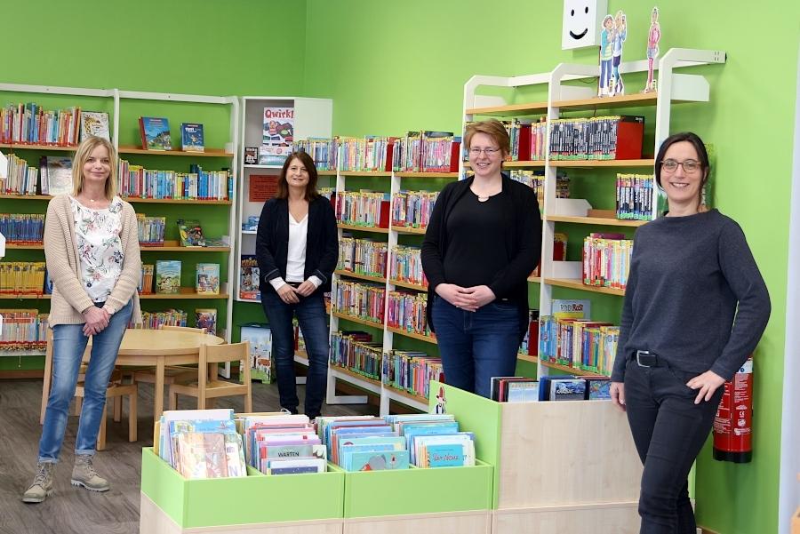 Bettina Bertling, Regina Heidemann, Kerstin Proepper und Kerstin Koppmann (von links) sind das Team der Gemeindebücherei Leopoldshöhe. sie haben sich für die Coronazeiten etwas einfallen lassen. Foto: Thomas Dohna