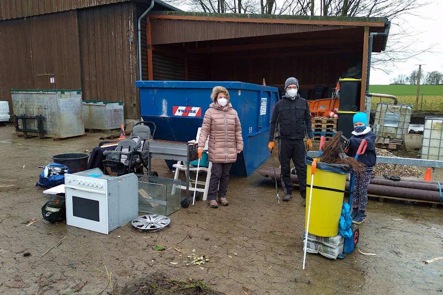 Doris Gilbert (links) und ist mit ihrer Freundin ihre Walkingroute einmal Müll sammelnd abgegangen. Bürgermeister Martin Hoffmann und Tochter Pauline waren ebenfalls unterwegs. Foto: Bauhof Leopoldshöhe