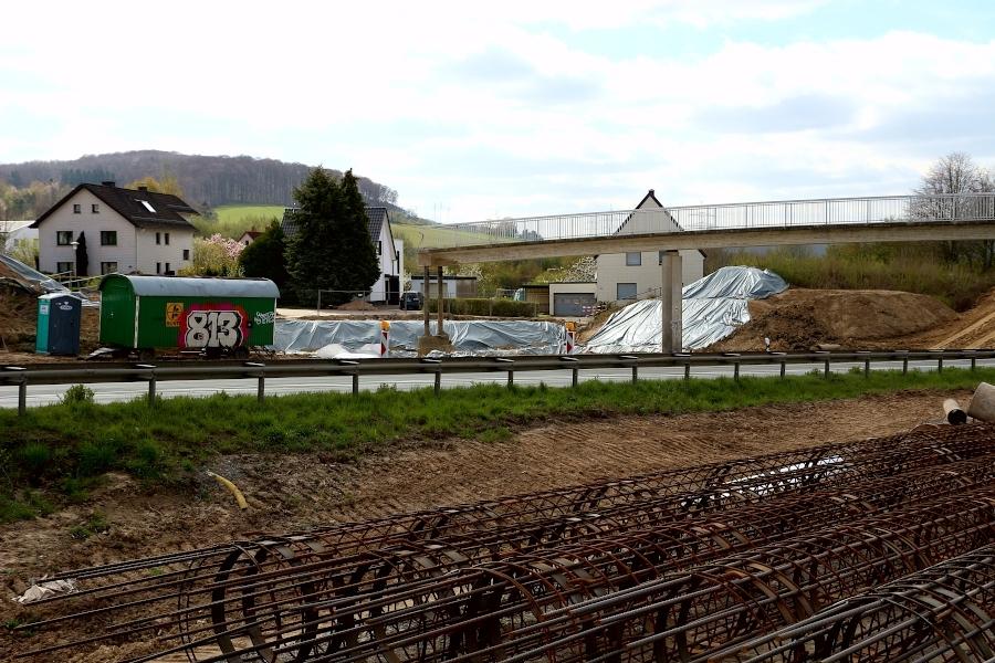 """An der Südseite der Brücke """"Am Bollholz"""" ist die Baugrube für die geplante Stützwand vorbereitet. Die Wand soll die Rampe zur Brücke gegen die neue Trasse der B66 absichern. Foto: Thomas Dohna"""