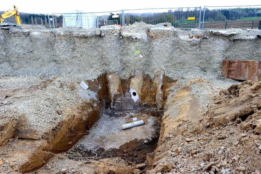 Durch das Loch werden Erdanker in den Boden getrieben. Sie sollen die Stützwand sichern. Foto: Thomas Dohna