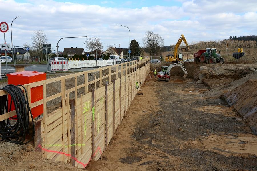 Eine sogenannte Trägerbohlwand stützt die alte Trasse der B66 gegen die Baugrube für ein Brückenfundament ab. Zwischen Stahlträgern sind Bohlen gesetzt. Foto: Thomas Dohna