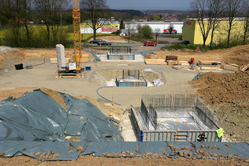 Der Bau der drei Fundamente für die Brücke über die bisherige und die zukünftige Trasse der B66n hat begonnen. Über sie soll ein Wirtschaftsweg von der Hansastraße zum Freesenberg und dort zum Hochbehälter des Wasserwerkes führen. Foto: Thomas Dohna