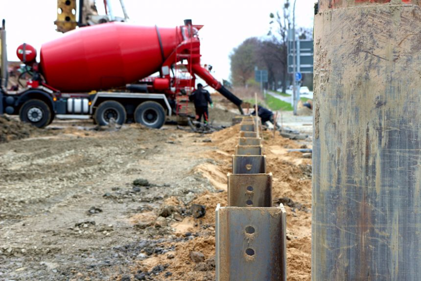 Eine Reihe von Stahlträgern ist im Boden einbetoniert. Hier in etwa wird eine Brücke über die spätere Trasse der tiefergelegten B66n gebaut. Foto: Thomas Dohna