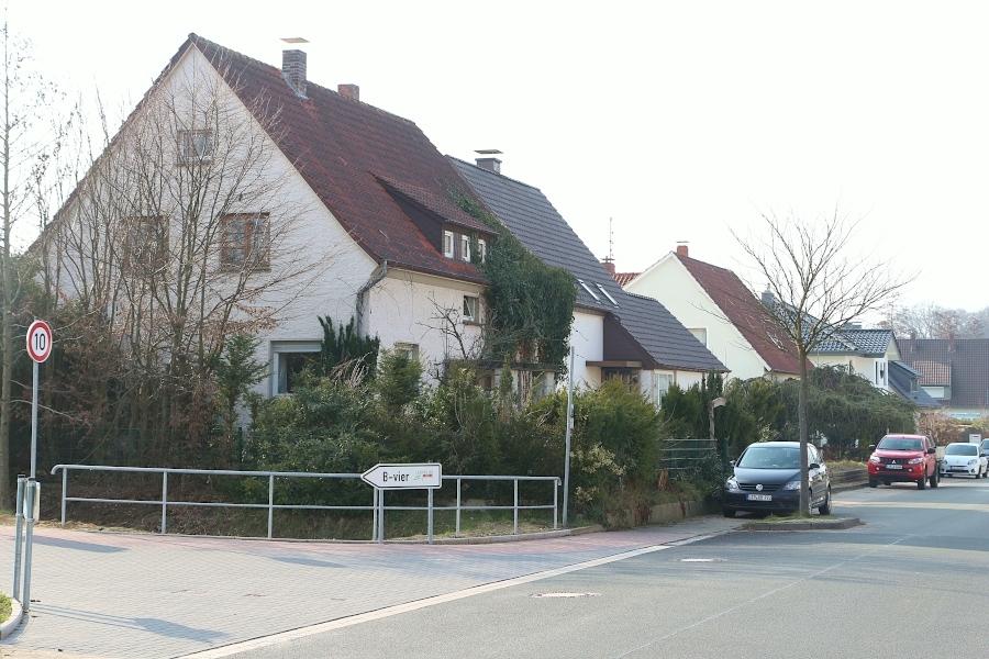 Hinter diesen vier Häusern an der Gartenstraße darf und soll gebaut werden. Das geplante Vorhaben ist allerdings größer, als die Gemeinde das möchte. Foto: Thomas Dohna