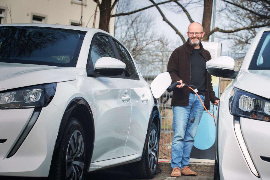 """Setzt auf """"Kraftstoff"""" aus der Dose: Detlef Wehrmann, Mobilitätsmanager der Stadt Detmold, nutzt die neuen Dienstwagen und ist elektrisch unterwegs. Foto: Stadt Detmold"""