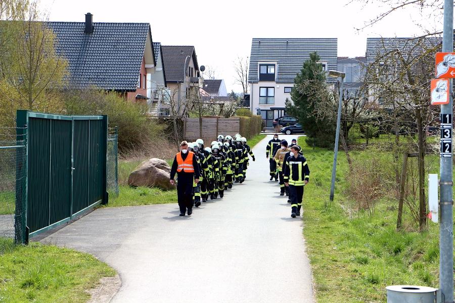 Links gehen die Auszubildenden, rechts die Ausbilder auf dem Bürgermeister-Brinkmann-Weg in Richtung Brücke. Foto: Thomas Dohna