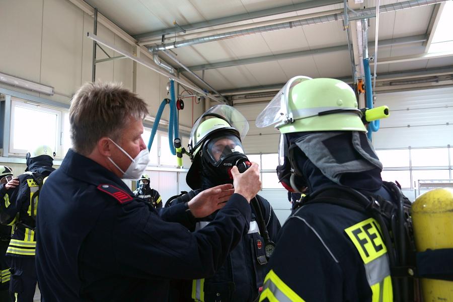 Der Atemautomat muss exakt an die Maske geschraubt werden. Ausbilder Dirk Teubner zeigt, wie es geht. Foto: Thomas Dohna