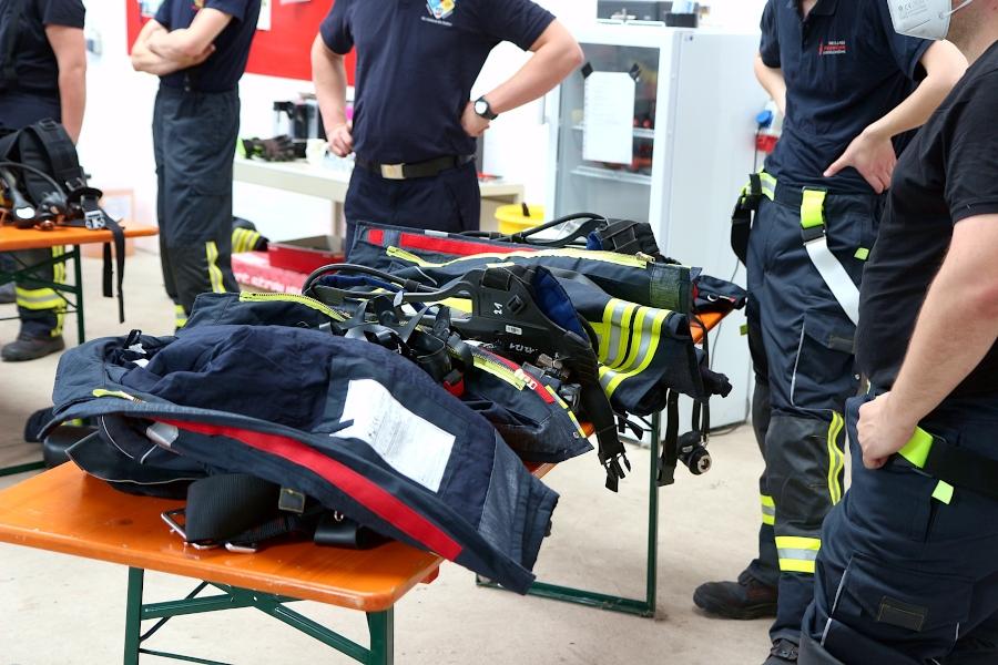 Nach dem Marsch werden Atemschutzgerät, Maske und Kleidung abgelegt. Unter der Ausrüstung ist es sehr warm geworden. Foto. Thomas Dohna