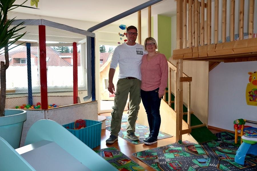 Patrick und Sonja Vogt stehen in ihrer Tagespflegewohnung, die sie gemeinsam für die Betreuungskinder eingerichtet haben. Patrick Vogt absolviert gerade eine Qualifizierung zur Tagespflegeperson. Foto: Thomas Dohna
