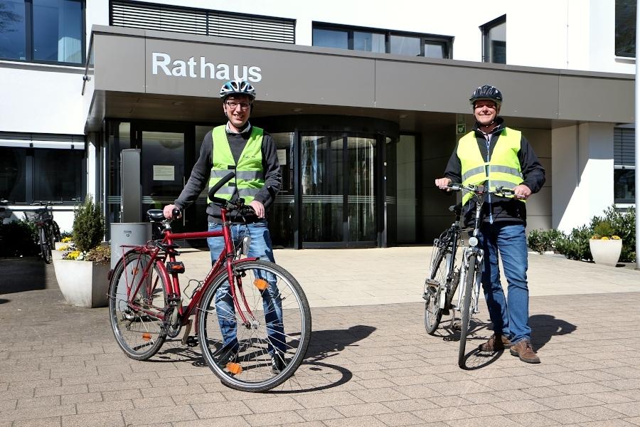 Bürgermeister Martin Hoffmann und Rainer Loer von der Umweltverwaltung des Rathauses laden zum Stadtradeln 2021 ein. Foto: Thomas Dohna