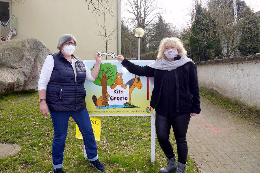 Gudrun Rubart-Wend (links) übergibt einen symbolischen Kita-Schlüssel an die neue Leiterin des Familienzentrums Kindertagesstätte Greste, Claudia Schneider. Foto: Gemeinde Leopoldshöhe