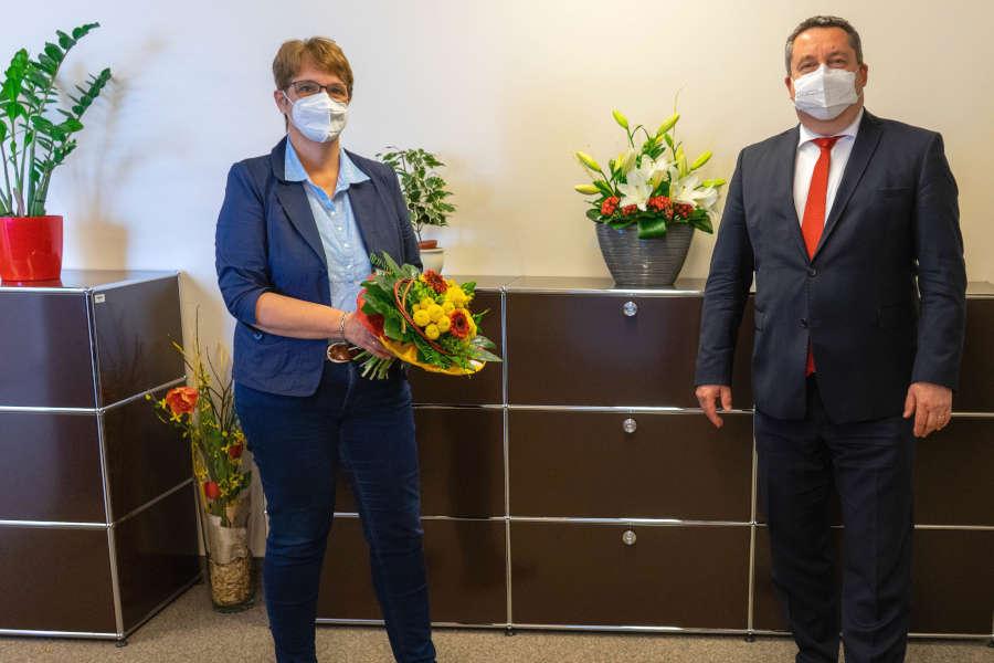 Landrat Dr. Axel Lehmann gratulierte Sabine Beine zu ihrer neuen Funktion im Verwaltungsvorstand. (Foto: Kreis Lippe)