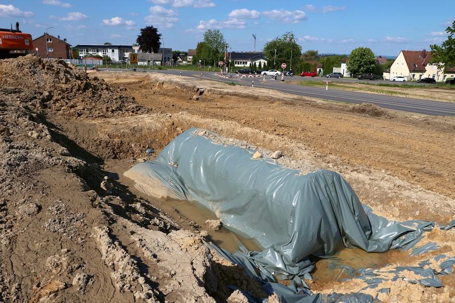 Einen überraschenden Fund machten Arbeiter mit diesem inzwischen unter einer Plane geschützten Öltank. Der sollte dort eigentlich nicht sein. Foto: Thomas Dohna