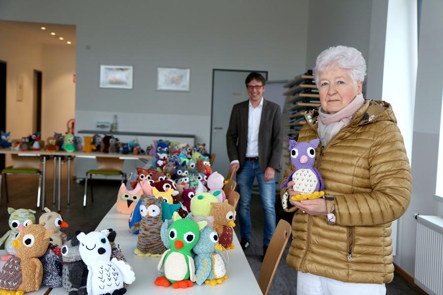 Vera Knoll hat für ihren Mann eine Violette Eule ausgesucht. Bürgermeister Martin Hoffmann unterstützte mit seinem Besuch die Demenzeulenaktion. Foto: Thomas Dohna