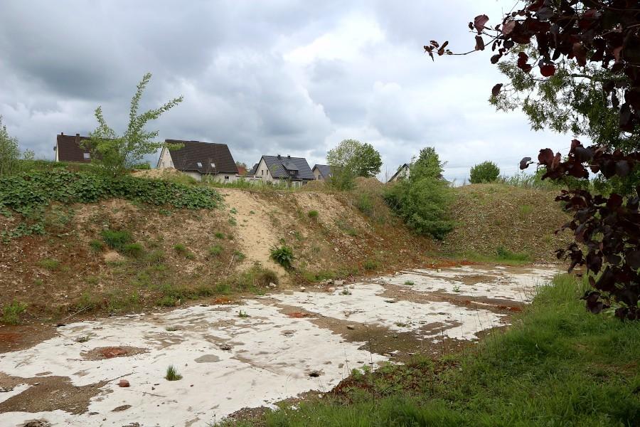 Diese Fläche über der Bodenplatte der ehemaligen Halle des Möbelunternehmens Fillies muss noch verfüllt werden. Der Eigentümer wartet nach eigenen Angaben auf eine Genehmigung. Foto: Thomas Dohna