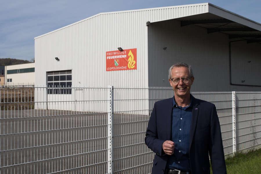 Foto zeigt Axel Meckelmann vor dem ehemaligen Teststandort am Bahnhof – Foto von Michael Berg
