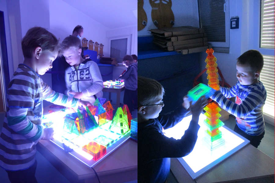 Kinder bauten mit transparenten Bausteinen Lichtgebäude. Foto: Kindertagesstätte Greste