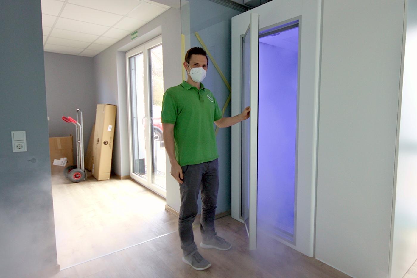 Malte Herberhold hat gerade die Tür für die neue Kältekammer seiner Physiotherapie-Praxis 360 Grad geöffnet. Noch sind die Räume einer ehemaligen Fahrschule nicht vollständig hergerichtet. Sie sind im selben Gebäude, in dem auch die Praxis ihren Platz hat. Foto: Thomas Dohna