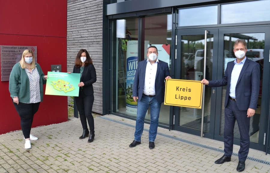 Ann-Kathrin Habighorst, Karen Zereike, Landrat Dr. Axel Lehmann und Markus Rempe vom Kreis Lippe freuen sich auf den baldigen Start des Projektes.