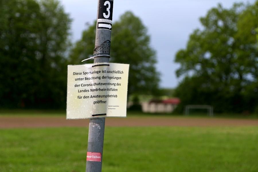 Ein Hinweis hängt an einem Pfahl am Sportplatz Greste. Hier wird bei entsprechenden Inzidenzwerten Amateursport auch in größerem Umfang wieder möglich sein. Foto: Thomas Dohna
