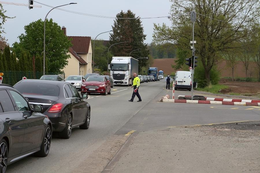 Polizisten regeln an der Scherenkrugkreuzung den Verkehr, weil die Ampel dort ausgefallen ist. Ursache war ein Ausfall der Stromversorgung. Ein Bagger hatte eine Versorgungsleitung gekappt. Foto: Thomas Dohna