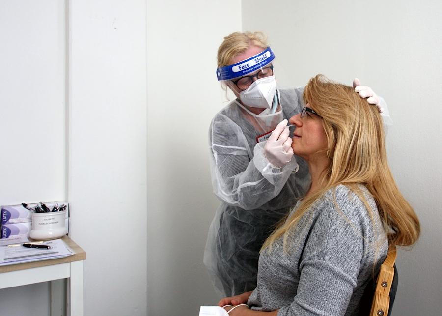 Gabriele Frühling hält ihrer Kollegin Therese Westerwelle ein Teststäbchen an die Nase. Als dieses Foto gemacht wird, sind sie schon längst getestet. Sie sind Mitarbeiterinnen der Tagespflege Asemissen und bieten seit neuestem Bürger-Schnelltests gegen das Corona Virus an. Foto: Thomas Dohna
