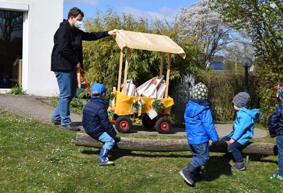 Zum Welttag des Buches haben Mitarbeiter und Kinder der Kinderttagesstätte Schuckenbaum einen Bücherwagen gestaltet. Foto: Kita Schuckenbaum