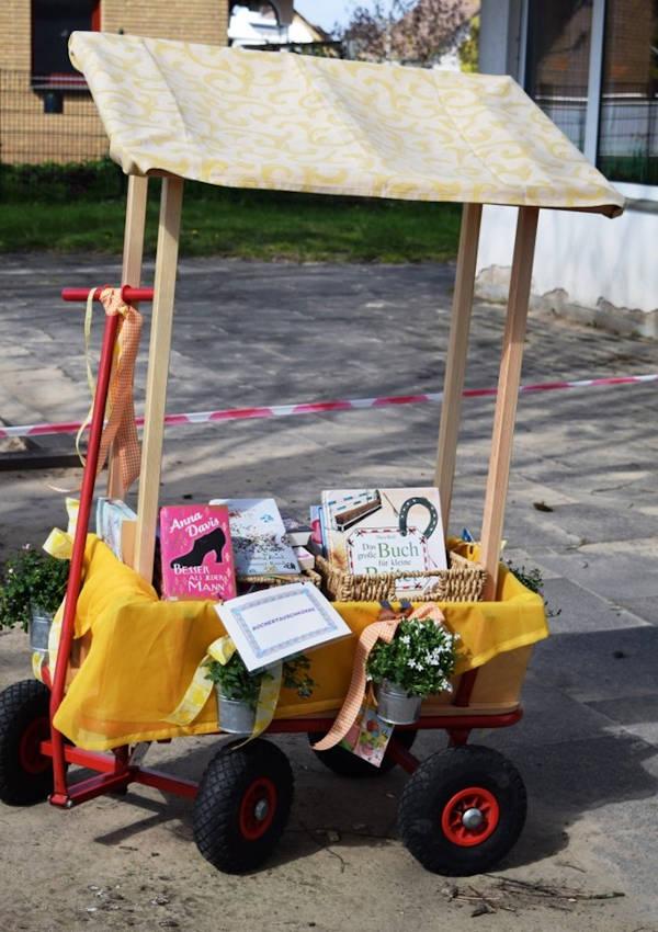 Der Bücherwagen steht bei schönem Wetter vor der Tür. In ihm kann nach Büchern gestöbert werden. Foto: Kita Schuckenbaum