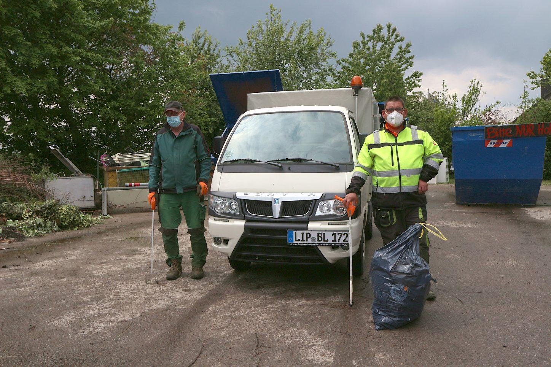 Montags und freitags sind Lothar Rottschäfer (links) und Christian Rentz mit ihrem kleinen Fahrzeug unterwegs, um wilden Müll aufzusammeln. Manchmal müssen sie den großen Laster nachordern. Foto: Thomas Dohna