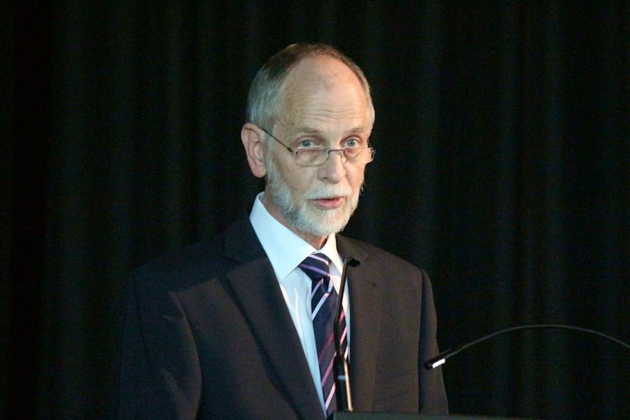 Schulleiter Manfred Kurtz lobte den Jahrgang für seine guten Leistungen. Foto: Thomas Dohna